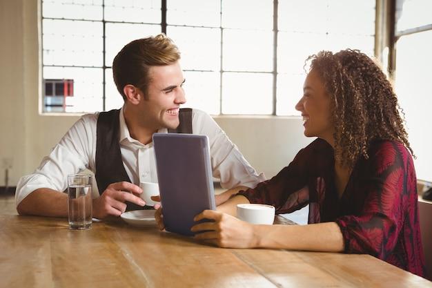 Симпатичная пара на свидание с фото на планшете