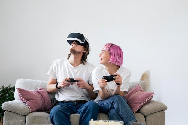 バーチャルリアリティゲームをプレイするかわいいカップル
