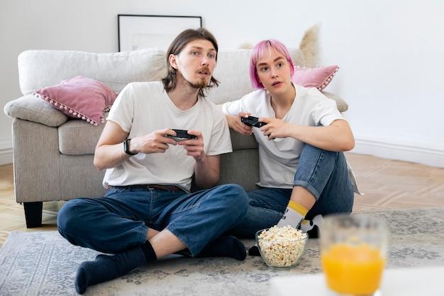Милая пара, играя вместе в видеоигру дома