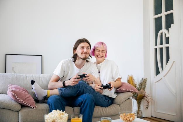 一緒にビデオゲームをしているかわいいカップル
