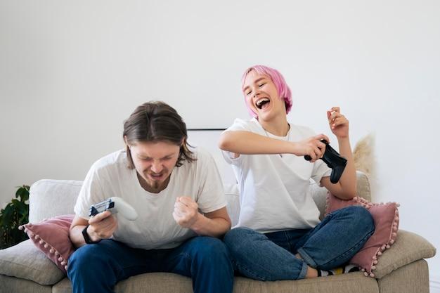 Милая пара, играя вместе в видеоигру