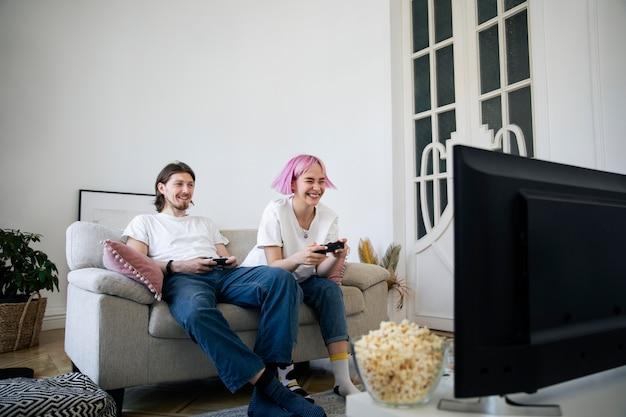 Милая пара играет в видеоигры дома