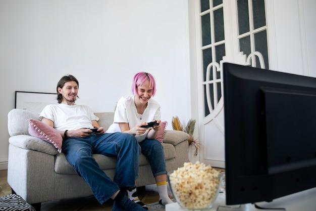 Coppia carina giocare ai videogiochi a casa
