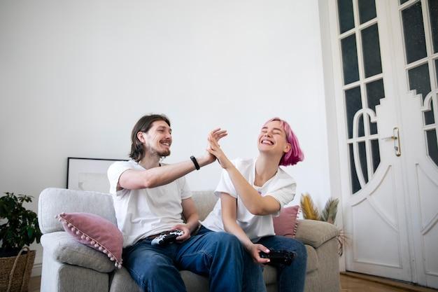 Милая пара играет в видеоигры в помещении