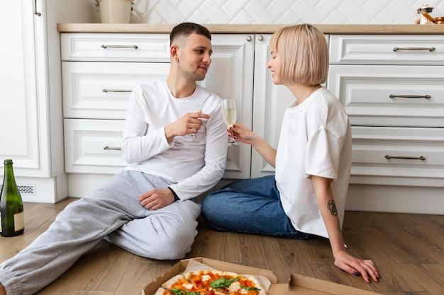 家で一緒に充実した時間を過ごすかわいいカップル