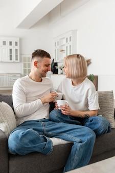 Милая пара, проводящая время вместе дома