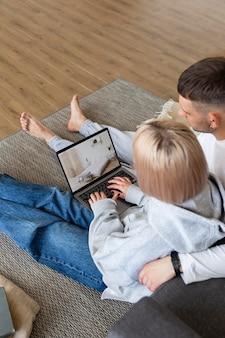 Coppia carina trascorrere del tempo insieme a casa