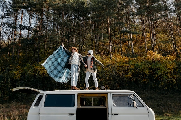 Милая пара стоит на фургоне снаружи