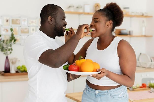 Милая пара, оставаясь на кухне