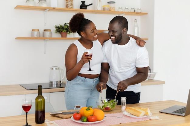 キッチンに滞在するかわいいカップル