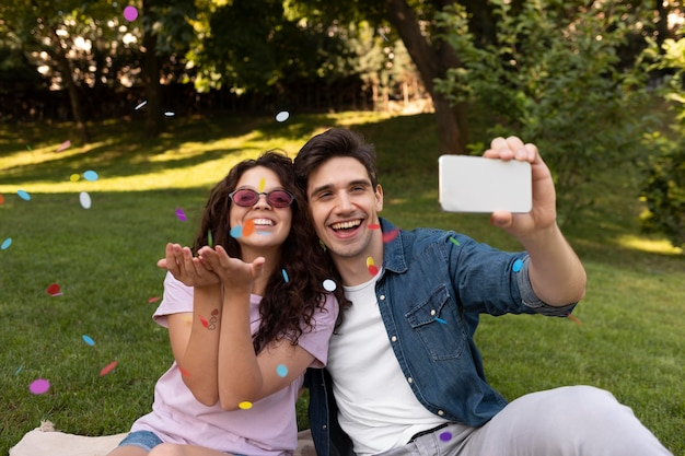 一緒に自分撮りをしているかわいいカップル
