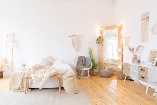Симпатичный уютный светлый дизайн интерьера квартиры