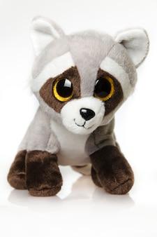 Милая плюшевая игрушка енот. енот - маленькая плюшевая игрушка зверёк