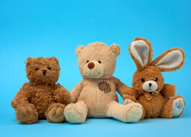 Симпатичные кудрявые коричневые плюшевые мишки и зайчик, концепция поддержки и дружбы
