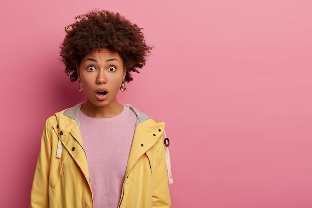かわいい縮れ毛の若い女性は恐怖からあえぎ、顎を落とし続けます