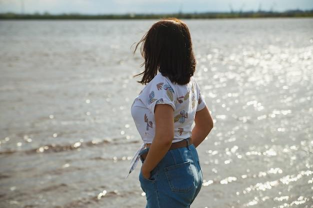 강물을 찾고 귀여운 매력적인 여자.