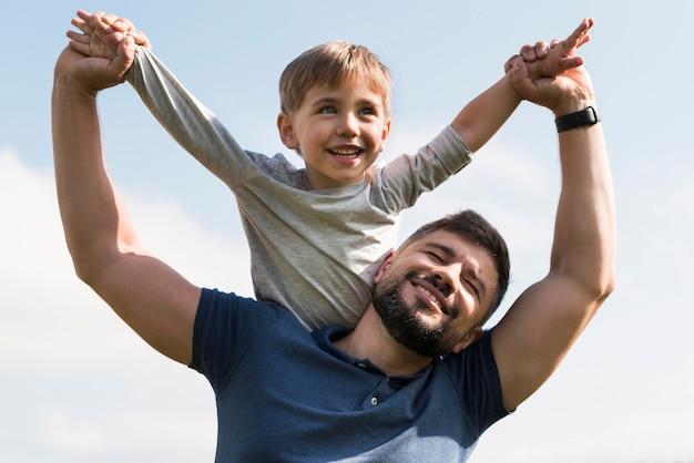 공원 낮은보기에서 귀여운 아빠와 아이
