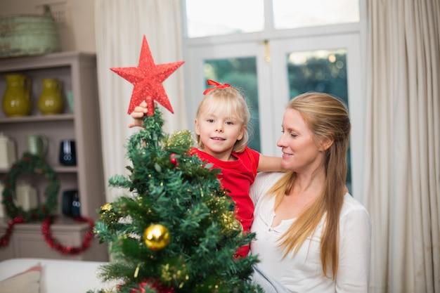 かわいい娘と母、祝うクリスマス