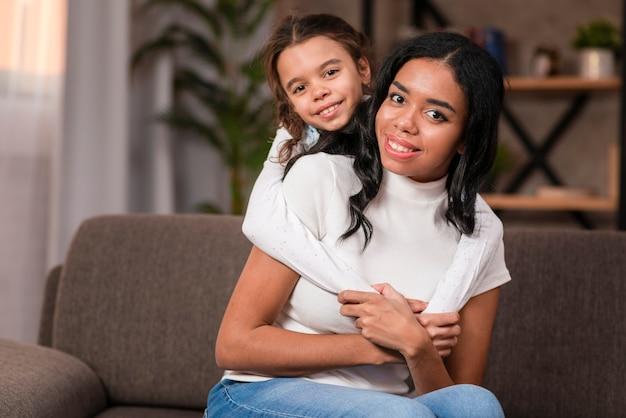 Милая дочь обнимает маму