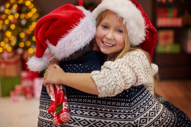 Милая дочь на руках у отца