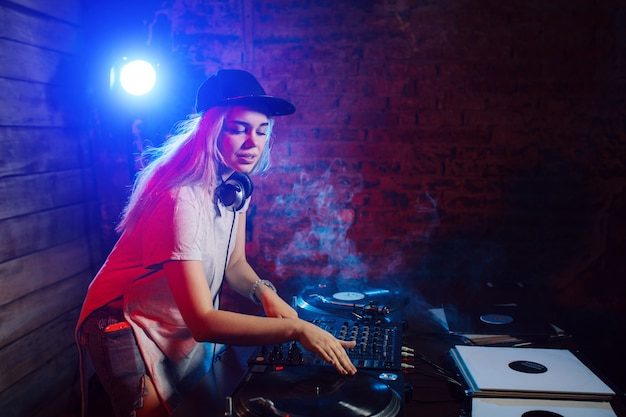 클럽 파티에서 음악을 재생하는 재미 귀여운 dj 여자