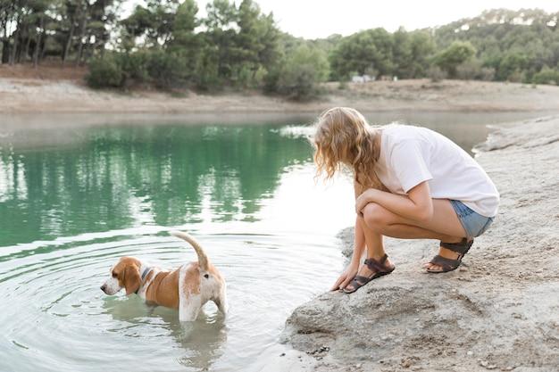 Милая собака играет в воде