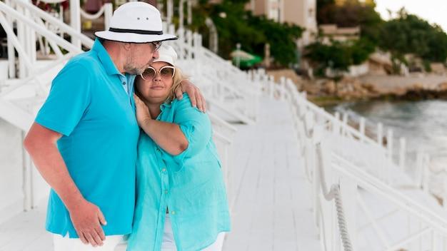 ビーチでかわいい高齢者観光客カップル