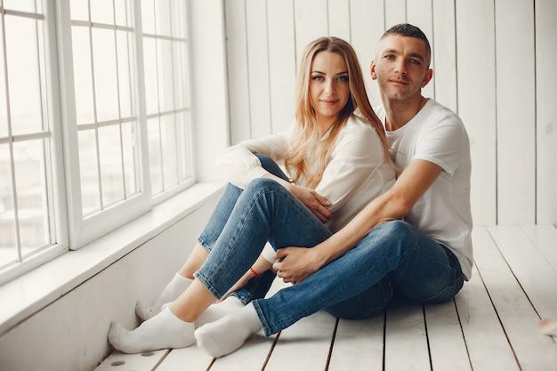 Famiglia carina ed elegante in una rom bianca