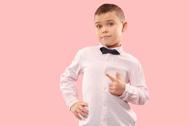 ピンクの背景にかわいいエレガントな十代の少年
