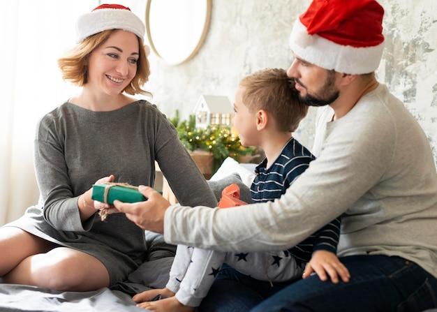 Милая семья вместе на рождество