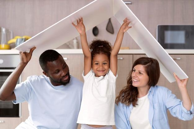 머리 위에 지붕을 들고 있는 귀여운 가족