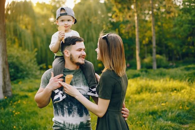 Симпатичная семья в парке