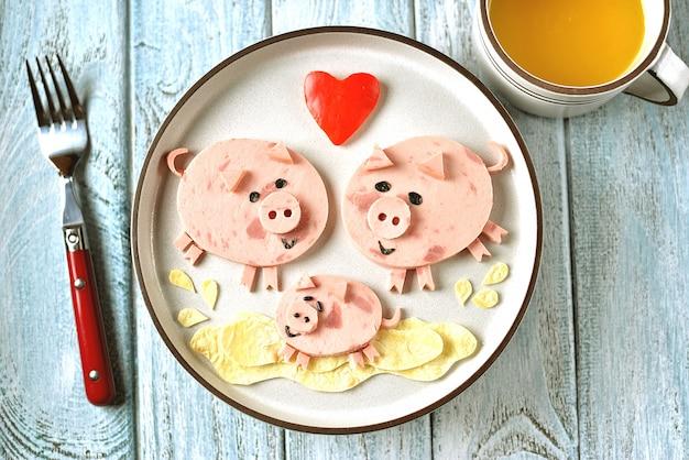 子供の朝食のための豚料理アートのアイデアのかわいい家族。