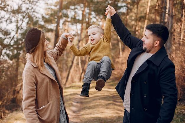 Милая семья играет в парке