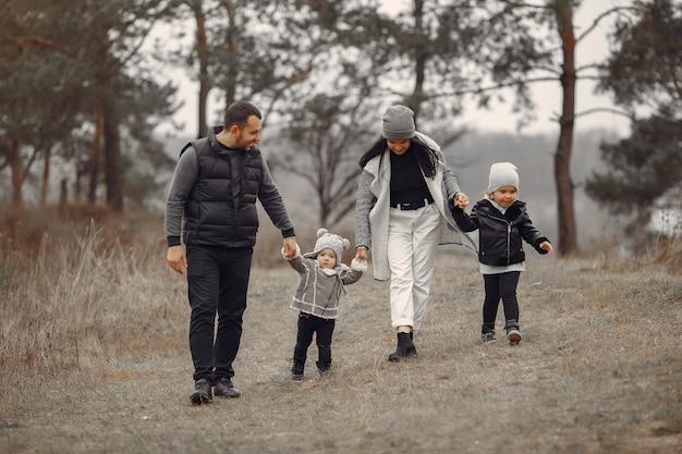 春の森で遊ぶかわいい家族