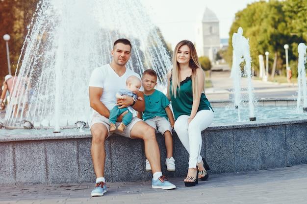 Милая семья играет в летнем городе