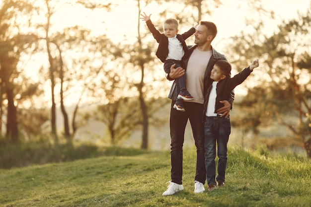 Милая семья играет в летнем поле