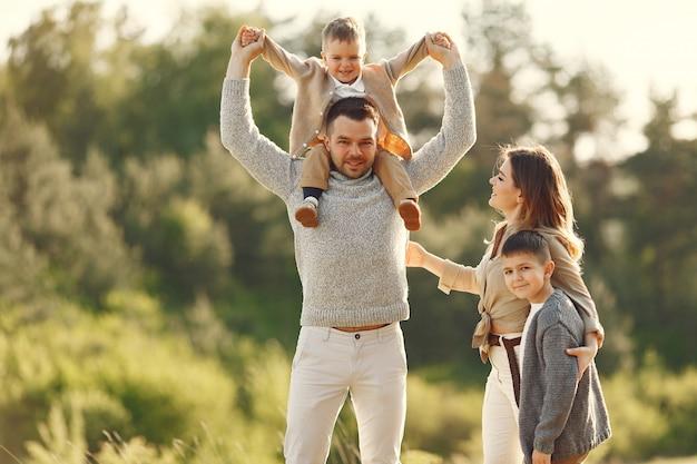 여름 필드에서 귀여운 가족