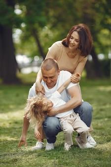 Милая семья играет в летнем парке