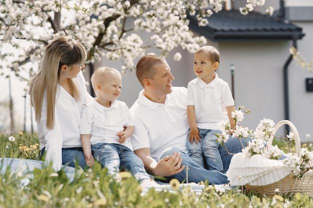 Милая семья играет в летнем дворе