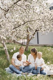 夏の庭で遊ぶかわいい家族