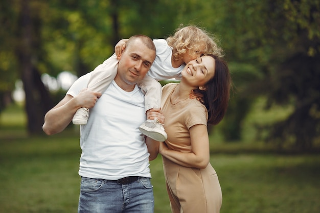 Famiglia carina che gioca in un parco estivo