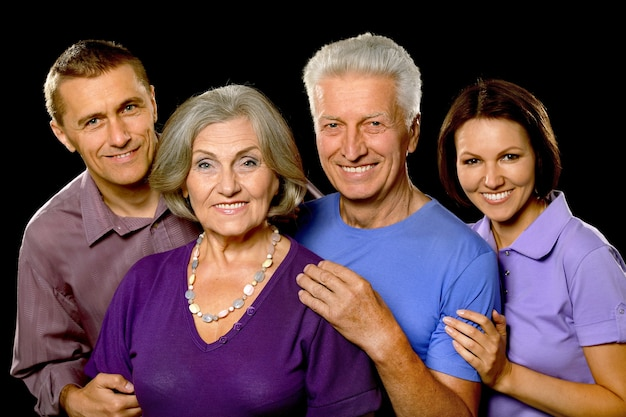 黒の背景に分離されたかわいい家族の肖像画