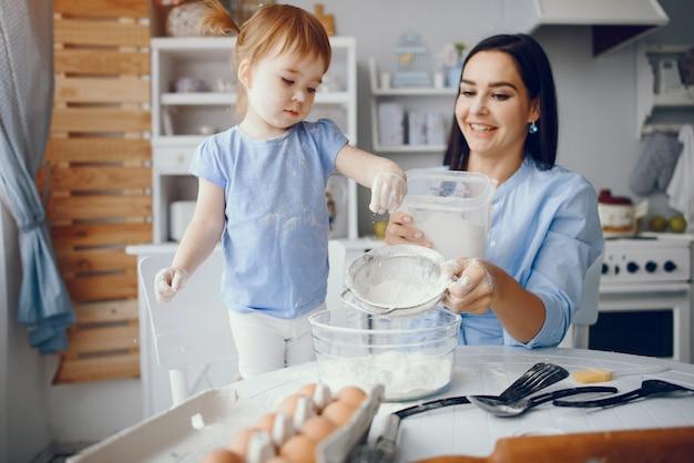 Милая семья готовит завтрак на кухне