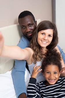 家で一緒に充実した時間を過ごすかわいい家族