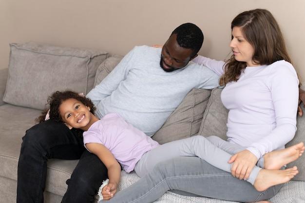 Милая семья проводит время вместе