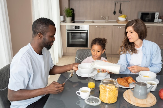 キッチンで一緒に時間を過ごすかわいい家族
