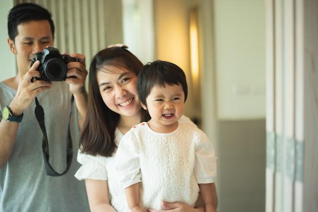 かわいい家族の寝室、家族の概念で写真を撮る