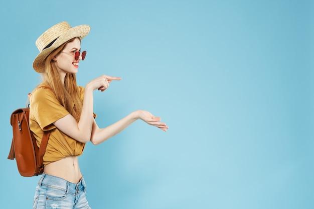 かわいいファッショナブルな女性の夏服楽しい感情