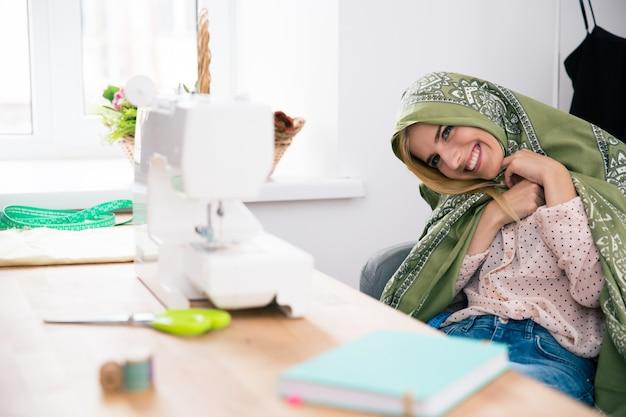 그녀의 직장에 앉아 귀여운 여성 deisgner